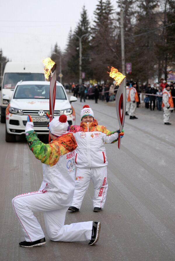 Российская тяжелоатлетка, серебряный призер Паралимпиады в Лондоне Олеся Лафина (справа) во время эстафеты олимпийского огня в городе Каменск-Уральский