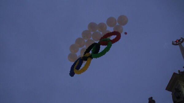 Олимпийские кольца из шаров запустили на эстафете огня в Екатеринбурге