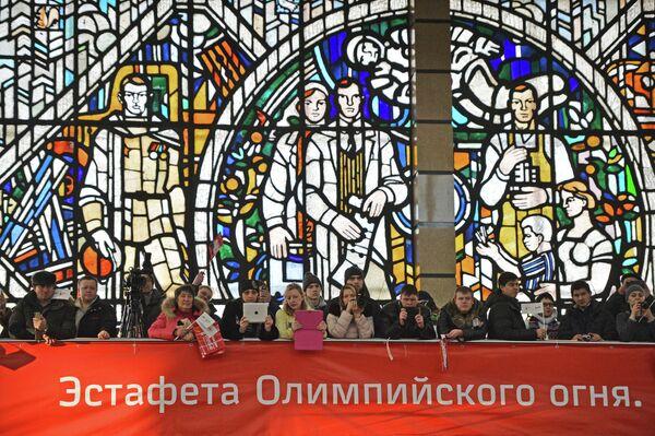 Зрители во время эстафеты Олимпийского огня в Челябинске.