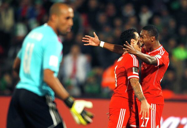 Футболисты Баварии Тьяго Алькантара и Давид Алаба празднуют забитый мяч в ворота Раджи