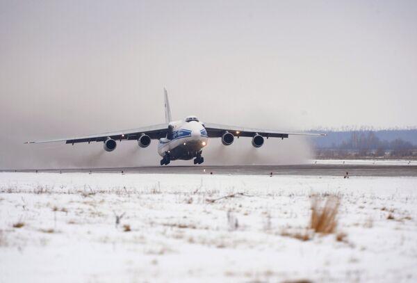 Самолет Ан-124 Руслан с олимпийским факелом на борту взлетает из аэропорта Ульяновск-Восточный