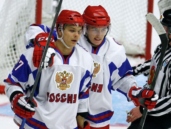 Хоккеисты молодежной сборной России Вадим Хлопотнов и Иван Барбашев (слева направо)