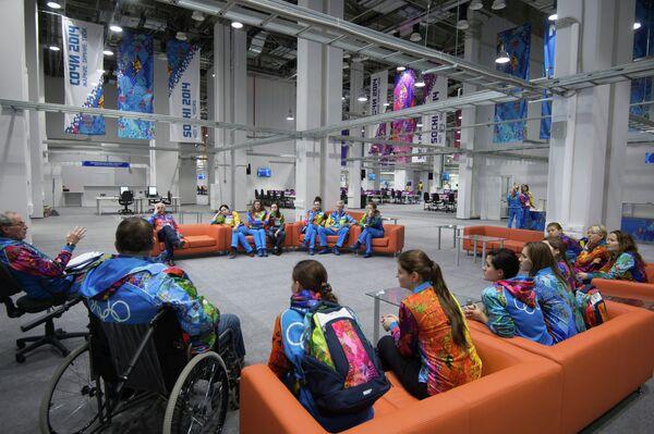Волонтеры в первый день работы главного медиацентра в Олимпийском парке в Сочи