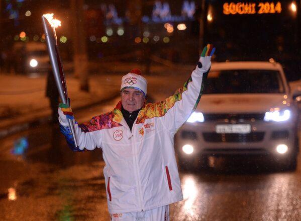 Заслуженный тренер СССР и России по спортивной гимнастике Леонид Аркаев во время эстафеты олимпийского огня в Саранске
