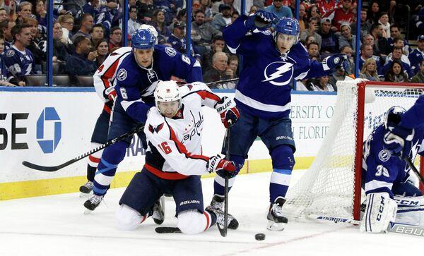 Игровой момент матча НХЛ Вашингтон - Тампа Бэй. В центре - Эрик Фер