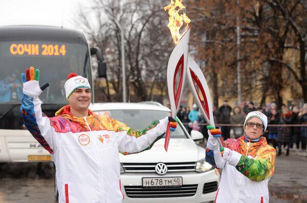 Факелоносец Вячеслав Жуков и Ирина Бажина (справа)
