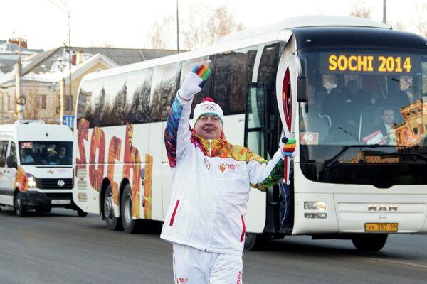 Собственный корреспондент агентства РИА Новости в республике Марий Эл Михаил Винокуров во время этапа эстафеты олимпийского огня в Йошкар-Оле