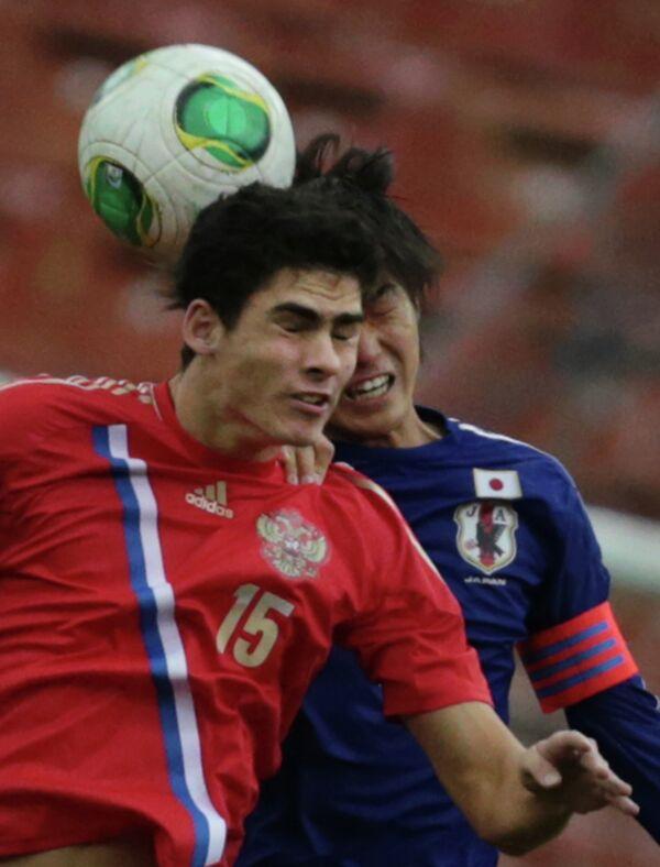 Футболисты юношеской сборной России Рамиль Шейдаев (слева) и футболисты юношеской сборной Японии Рикия Мотеги