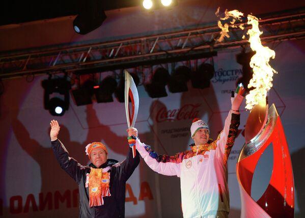 Заслуженный мастер спорта России по плаванию в открытой воде Владимир Дятчин (справа) и глава администрации Липецкой области Олег Королев