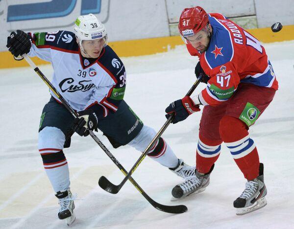 Слева направо: игрок ХК Сибирь Степан Санников и игрок ПХК ЦСКА Александр Радулов