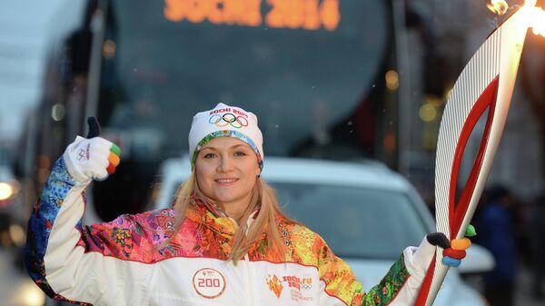 Олимпийская чемпионка 2008 года по фехтованию, заслуженный мастер спорта Евгения Ламонова во время эстафеты олимпийского огня в Курске