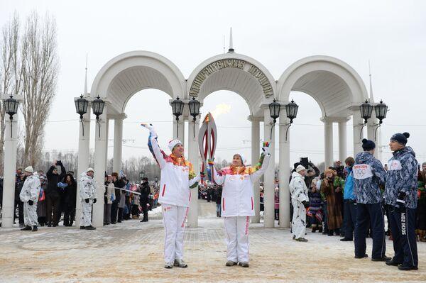Тамара Замотайлова (справа) и факелоносец Галина Бажукова