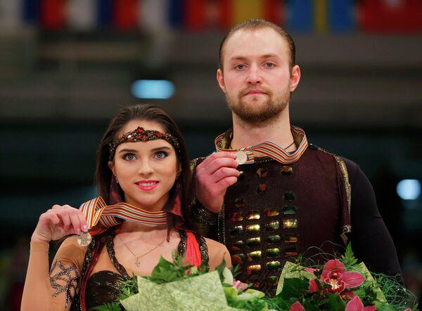 Бронзовые медалисты чемпионата Европы по фигурному катанию - Вера Базарова и Юрий Ларионов