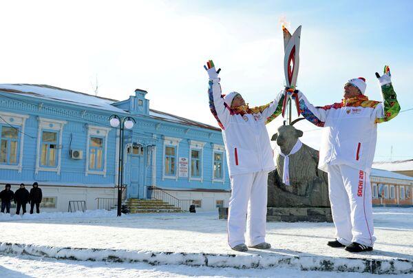 Факелоносцы Тамара Горнякова (слева) во время эстафеты олимпийского огня в Урюпинске