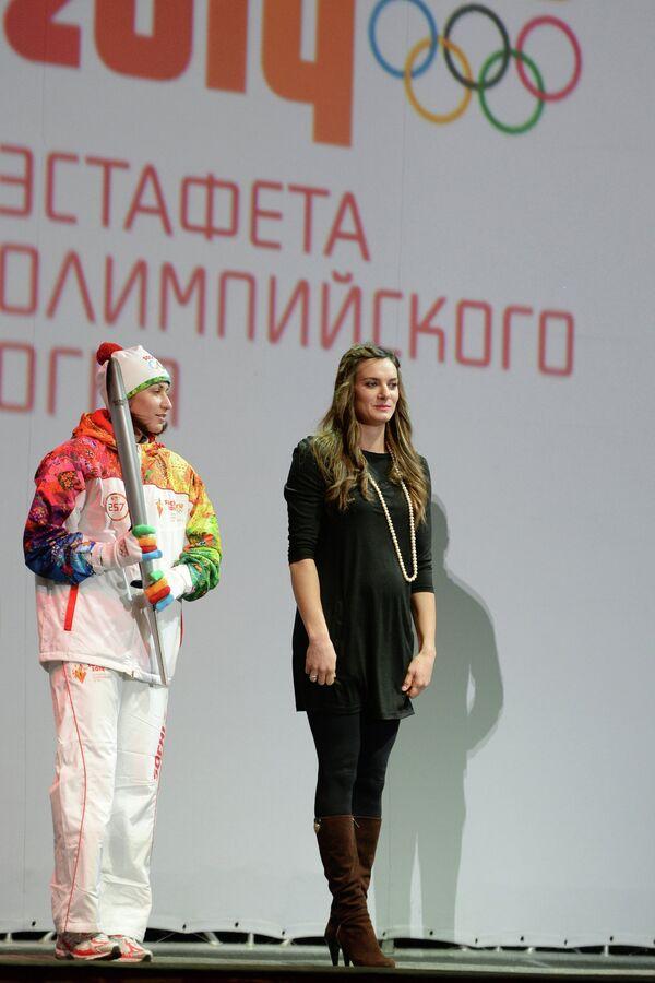 Татьяна Лебедева (слева) и Елена Исинбаева