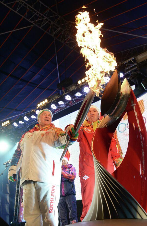 Заслуженный мастер спорта СССР по тяжёлой атлетике Геннадий Бессонов (слева) на церемонии зажжения чаши олимпийского огня в городе Шахты