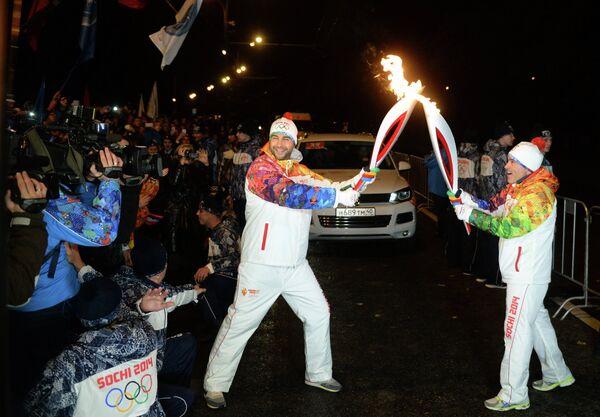 Телеведущий Иван Ургант (в центре) во время эстафеты олимпийского огня в Москве