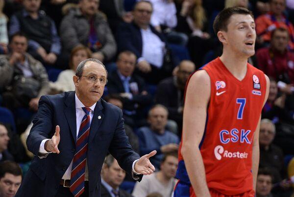 Главный тренер ЦСКА Этторе Мессина (слева) и Виталий Фридзон