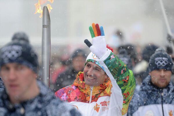 Олимпийский чемпион 2000 года по гандболу, чемпион Европы и мира Игорь Лавров во время эстафеты олимпийского огня в Ставрополе