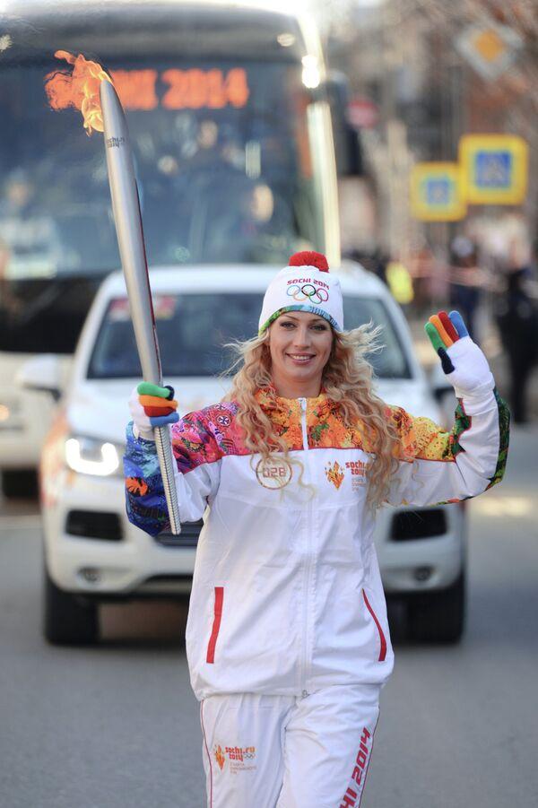 Мастер спорта международного класса по академической гребле Юлия Калиновская во время эстафеты олимпийского огня в Астрахани