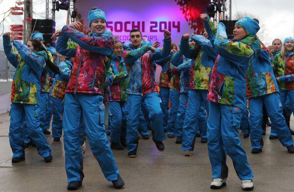 Волонтеры выступают на церемонии открытия главной Олимпийской деревни в горном кластере XXII Олимпийских зимних игр в Красной Поляне