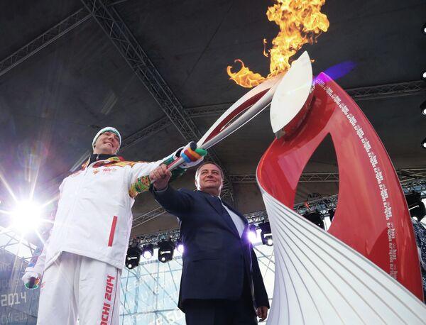 Президент Оргкомитета Сочи 2014 Дмитрий Чернышенко (слева) во время церемонии зажжения чаши олимпийского Огня в Сочи
