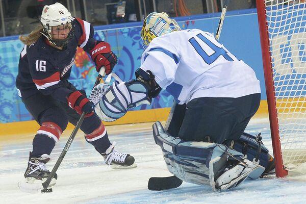 Игровой момент матча женских хоккейных команд США - Финляндия