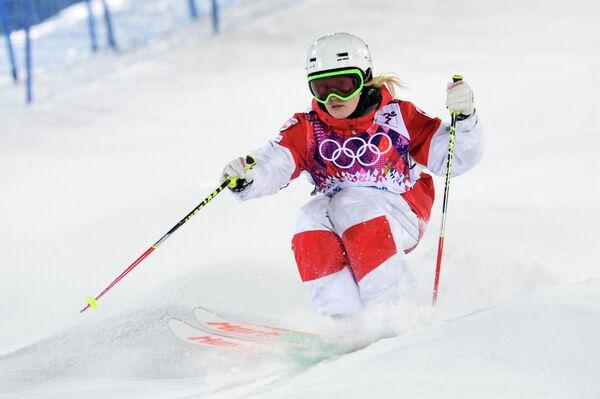 Жюстин Дюфур-Лапуант (Канада) в финале могула на соревнованиях по фристайлу среди женщин на XXII зимних Олимпийских играх в Сочи.