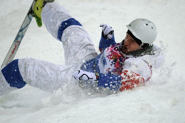 Сергей Волков (Россия) в квалификации могула на соревнованиях по фристайлу среди мужчин на XXII зимних Олимпийских играх в Сочи.