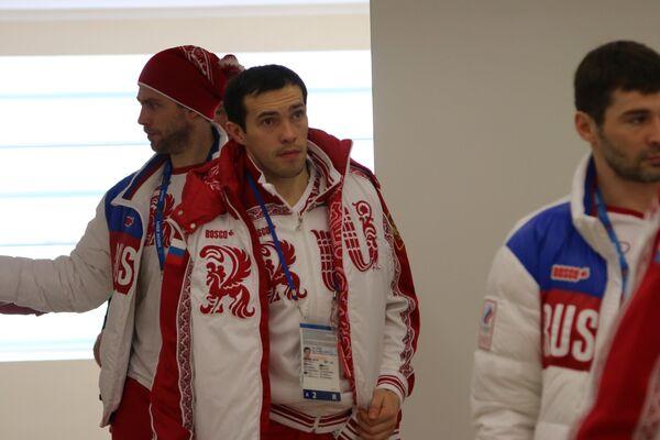 Форвард сборной России Павел Дацюк (в центре)