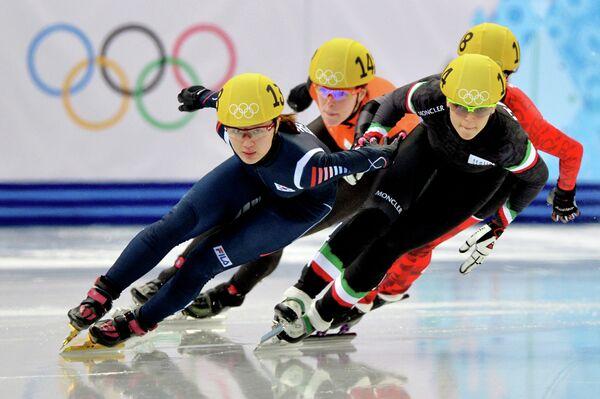 Шорт-трекистки Пак Сын Хи (Южная Корея) и Арианна Фонтана (Италия) в полуфинальном забеге на 500 метров