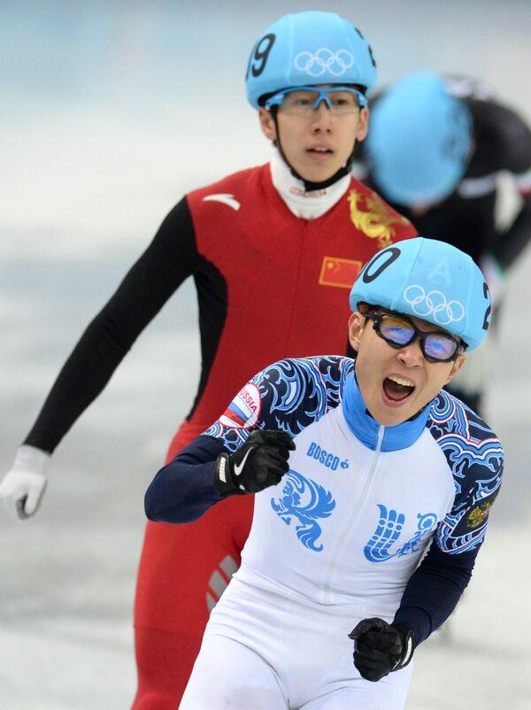 Шорт-трекист Виктор Ан (Россия) в полуфинале эстафеты на 5000 метров