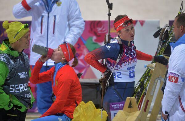 Екатерина Глазырина (слева) и Ольга Подчуфарова после финиша индивидуальной гонки на Олимпиаде