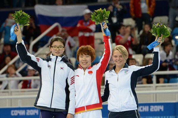 Шим Сук Хи (Корея) - серебряная медаль, Ян Чжоу (Китай) - золотая медаль, Арианна Фонтана (Италия) - бронзовая медаль (слева направо)