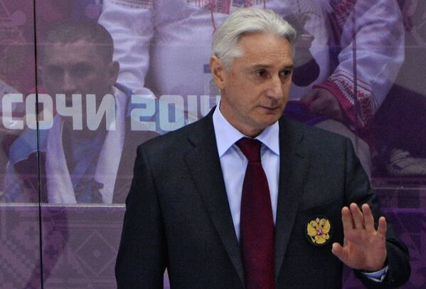 Главный тренер Зинэтула Билялетдинов (Россия) наблюдает за ходом игры