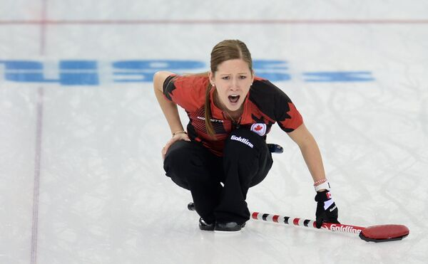Кейтлин Лоуз (Канада) в матче кругового турнира между сборными командами Канады и России в соревнованиях по керлингу