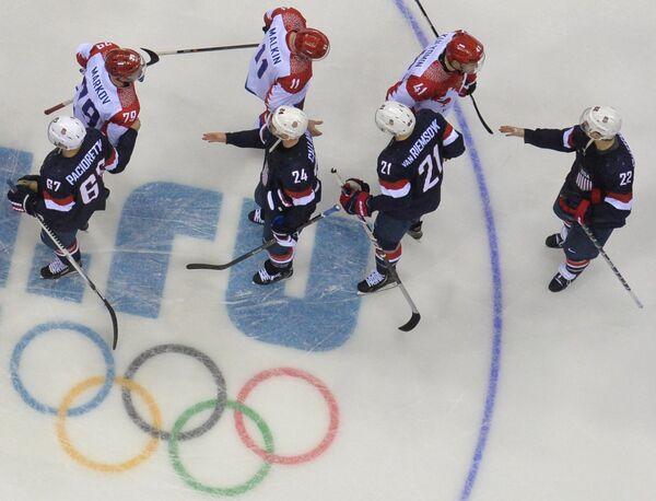 Хоккеисты сборных России и США благодарят друг друга после матча