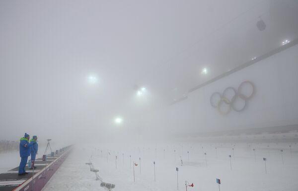 Стрельбище перед началом гонки с масс-старта в соревнованиях по биатлону среди мужчин на XXII зимних Олимпийских играх в Сочи