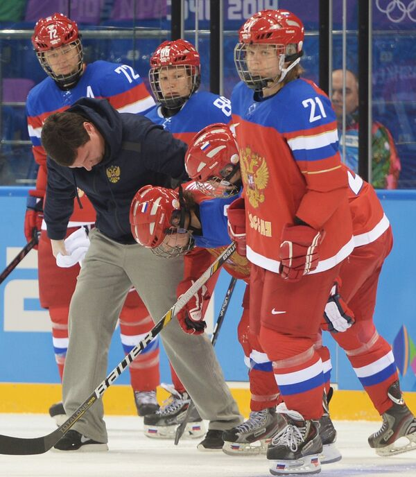 В центре: Александра Вафина (Россия) после полученной травмы в матче классификационного раунда между сборными командами Финляндии и России