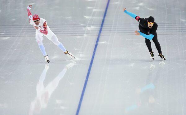 Эмри Леман (США) и Евгений Серяев (Россия) (слева) на дистанции в забеге на 10000 метров
