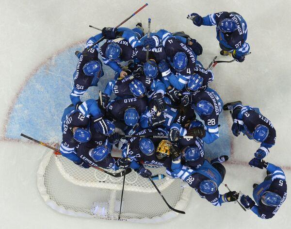 Вратарь Туукка Раск (Финляндия) пропускает гол в свои ворота в четвертьфинальном матче между сборными командами Финляндии и России