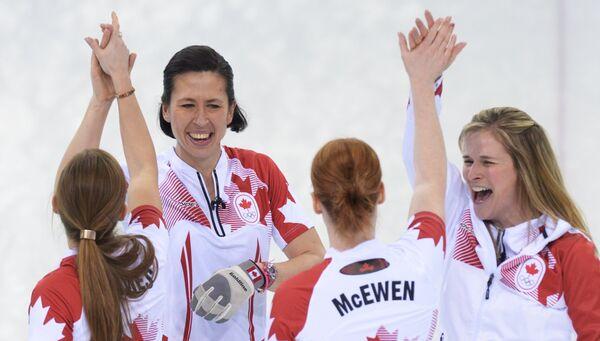 Канадские спортсменки радуются победе в финальном матче между сборными командами Швеции и Канады в соревнованиях по керлингу