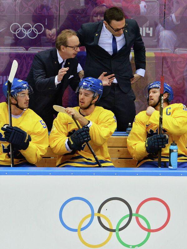 Главный тренер Пер Мортс (Швеция) дает указания игрокам в финальном матче ОИ-2014