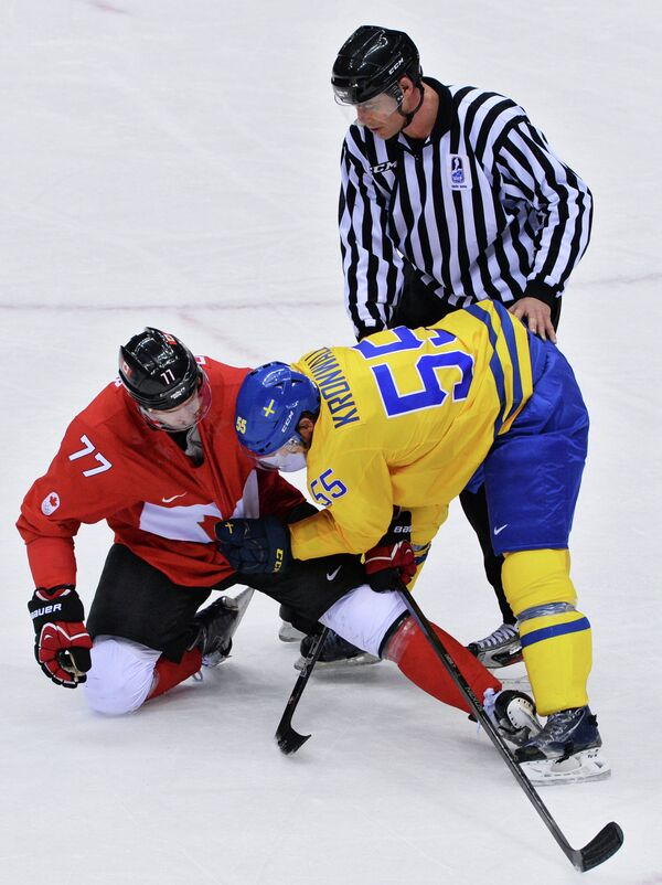 Джефф Картер (Канада) и Никлас Кронвалль (Швеция) в финальном матче между сборными командами Швеции и Канады