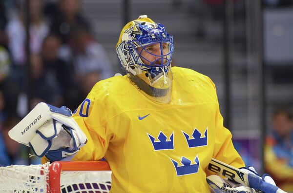Вратарь Хенрик Лундквист (Швеция) в финальном матче между сборными командами Швеции и Канады в соревнованиях по хоккею