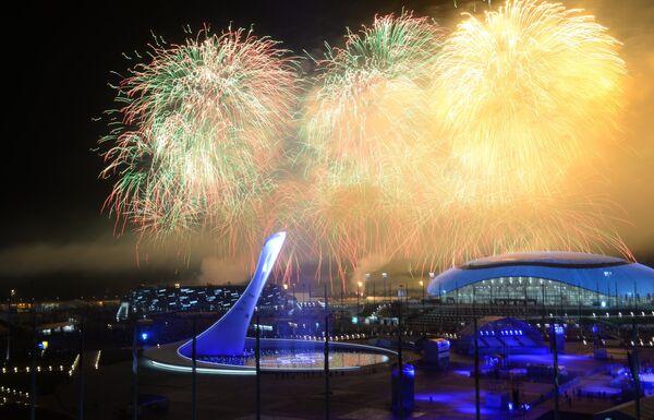 Праздничный фейерверк над Олимпийским Парком во время церемонии закрытия XXII зимних Олимпийских игр в Сочи