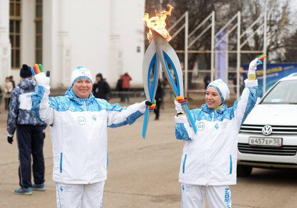 Актриса, учредитель благотворительного фонда Подари жизнь Чулпан Хаматова (справа) и факелоносец Татьяна Генералова во время эстафеты паралимпийского огня в Москве
