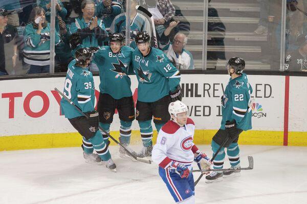 Хоккеисты Сан-Хосе Мэтт Ньето, Логан Кутюр и Патрик Марло радуются заброшенной шайбе в ворота Монреаля