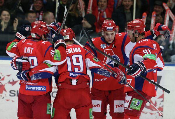 Хоккеисты Локомотива радуются заброшенной шайбе в ворота Динамо