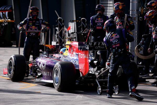 Немецкий автогонщик Себастьян Феттель сходит с дистанции Гран-при Австралии